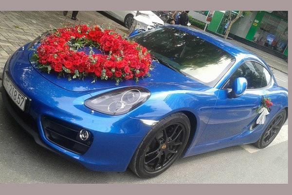 Trái ngược hoàn toàn với chiếc siêu xe trên, chiếc xe dâu được lựa chọn là một cái tên của thương hiệu đến từ nước Anh Porsche, xe nổi bật với dàn màu áo ngoại thất xanh dương ấn tượng.