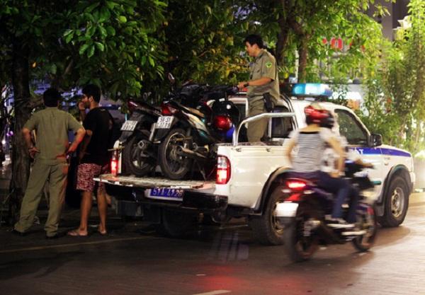 Khoảng 23 giờ, lực lượng công an phường Bến Nghé xuất hiện thu gom hai chiếc xe máy đậu không đúng nơi quy định đưa về trụ sở công an phường.