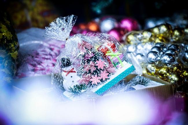 """""""Bộ quà tặng Giáng Sinh"""" xinh sắn gồm: Người Tuyết, cây thông và những hộp quà tí hon có giá 150.000đ."""