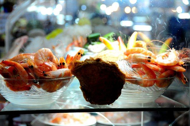 """Bún mắm Tây Nam Bộ và bún chả cá miền Trung cũng góp mặt trong thủ phủ ẩm thực """"chợ Bến Thành""""."""