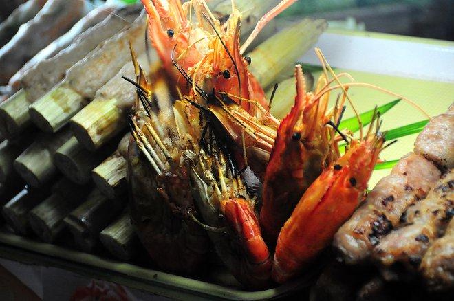 Chạo tôm, nem nướng, tôm nướng được bày bán nhiều nhất trong lòng chợ Bến Thành với giá vài chục nghìn đồng mỗi phần.