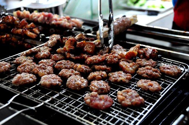 Giữa chợ còn có máy nướng thịt phục vụ cho món bún chả Hà Nội. Thịt và chả được nướng tại chỗ tỏa mùi thơm cả khu vực ẩm thực.