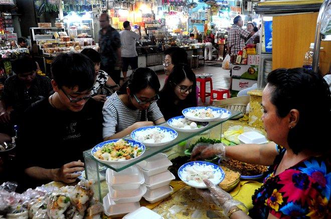 Theo nhiều người, dù giá có đắt hơn hàng quán bên ngoài nhưng khi vào khu ẩm thực chợ Bến Thành, muốn ăn món gì cũng có mà không phải tìm kiếm.