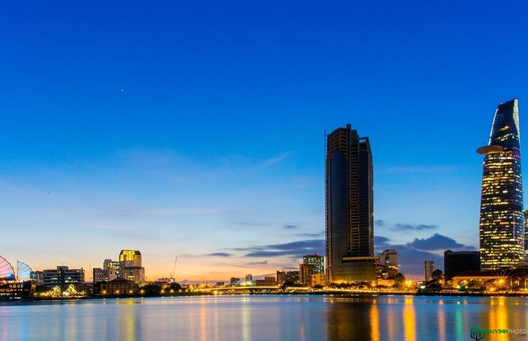 Bên kia bờ, phía quận 4, có di tích lịch sử nổi tiếng ở Sài Gòn, bến Nhà Rồng xưa và bây giờ là bảo tàng Hồ Chí Minh.