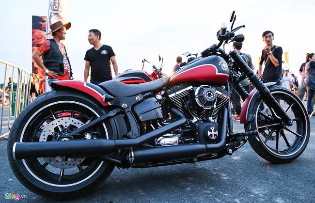 Harley-Davidson Softail Breakout được độ một số chi tiết như tay lái và sơn mờ.