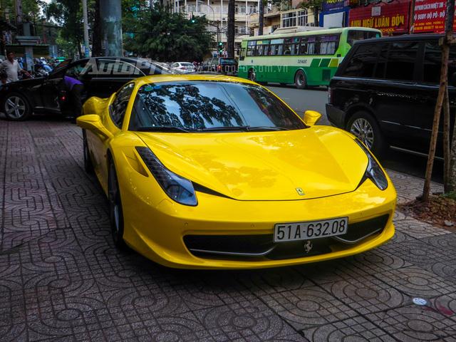 """""""Ngựa già"""" Ferrari 458 Italia màu vàng hiện đang thuộc sở hữu của tay chơi siêu xe quận 2, người này cũng có tên Minh và đang sở hữu cặp đôi xe thể thao hàng độc là Ford Mustang Shelby GT500, Alfa Romeo 4C Launch Edition."""