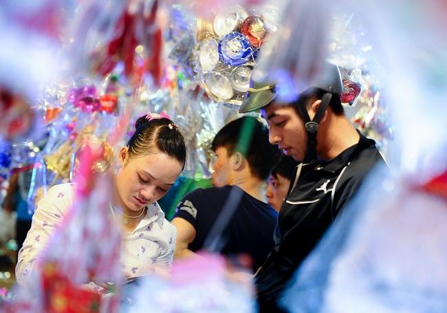"""Anh Minh, một người mua hàng cho biết: """"Mùa Noel nào anh cũng tìm đến các cửa hàng ở đây để mua sắm đồ trang trí cho gia đình. Khi vào đây, bạn như lạc vào thiên đường của đồ trang trí vậy""""."""
