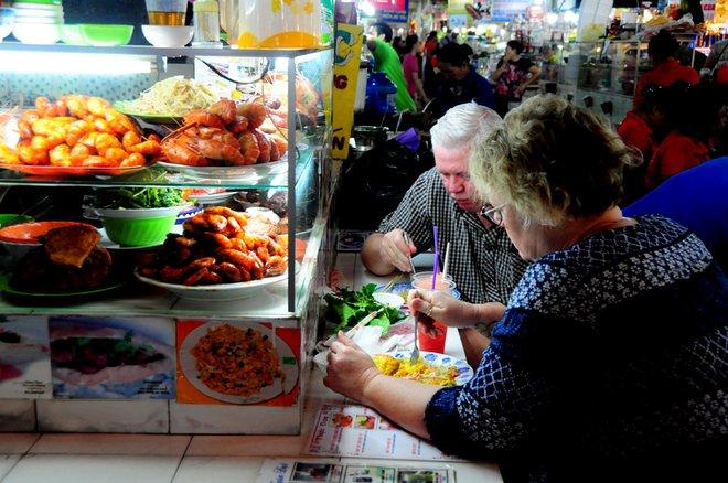 Các hàng ăn đặc biệt thu hút khách nước ngoài. Mỗi phần ăn đủ no có giá từ 40.000 đồng đến 60.000 đồng.