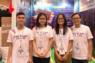 Thầy Cao Xuân Nam (ngoài cùng bên phải) chụp cùng nhóm 10X dự cuộc thi sáng chế quốc tế tại Ấn Độ
