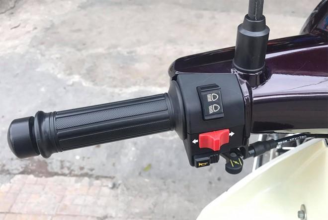Công tắc xi-nhan, còi và chuyển chế độ đèn chiếu sáng bên tay trái.