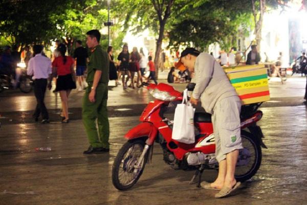 Theo quan sát của phóng viên, tối 23-12, tại phố đi bộ không hề có sự túc trực thường xuyên của cơ quan chức năng để nhắc nhở người dân, người bán hàng rong. Lực lượng công an phường chỉ ghé qua một vài lần để nhắc nhở trong 5 - 10 phút rồi rút quân.