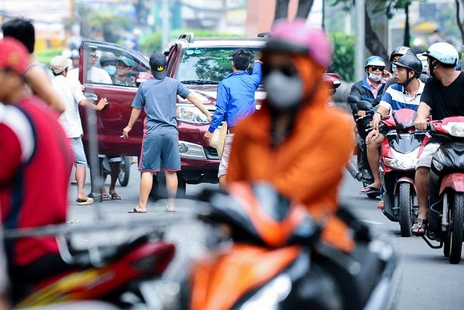 Càng gần ngày Giáng Sinh, lượng khách đến mua hàng càng đông. Các shop cho nhân viên đứng tràn ra cả lòng đường để kéo khách.