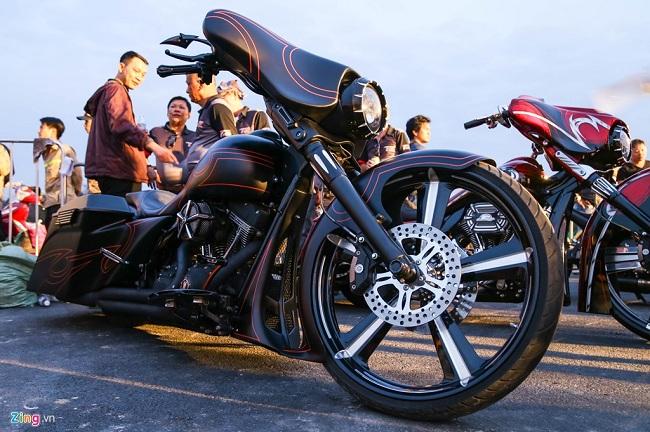Hai chiếc Harley độ bánh lớn ngoại cỡ. Bộ lốp theo xe cũng phải thửa riêng bởi không có loại lốp phổ thông nào phù hợp.
