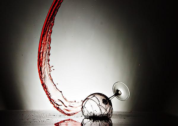 Ông chủ nhà dễ dàng bỏ qua khi chàng thanh niên làm vỡ chiếc ly, nhưng sau đó, ông bất ngờ đuổi anh đi vì một lí do khác. (Ảnh minh họa)