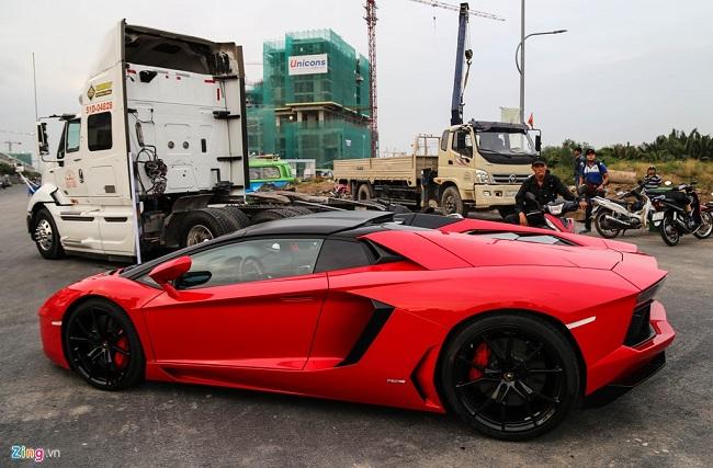 Ngoài môtô chương trình cũng gây chú ý bởi có sự xuất hiện của chiếc Lamborghini Aventador Roadster đầu tiên tại Việt Nam. Theo ước tính, nếu đóng thuế đầy đủ, giá trị chiếc xe này khoảng 26 tỷ đồng.