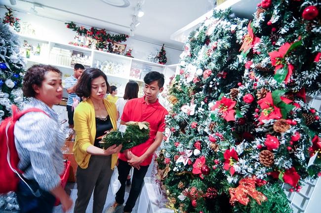 Ngoài khu vực đường Hải Thượng Lãn Ông chủ yếu bán đồ trang trí sản xuất trong nước hoặc từ Trung Quốc thì còn có một số nơi kinh doanh những đồ trang trí nhập khẩu từ Singapore, Italia với mẫu mã bắt mắt, song giá cũng khá cao.