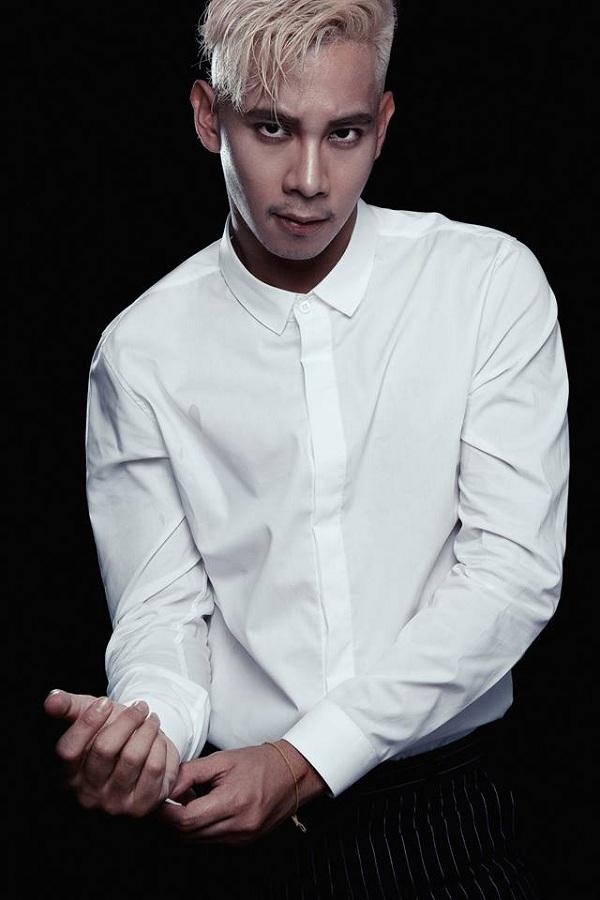 """""""Hot boy nổi loạn"""" Hồ Vĩnh Khoa đàn ông và nam tính hơn hẳn trong màu áo trắng cùng biểu cảm lạnh lùng."""