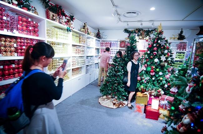 """Chủ cửa hàng bán đồ trang trí Giáng sinh trong trung tâm thương mại Saigon Center Q.1 cho biết: """"Những sản phẩm ở đây có giá bán lên đến hàng chục triệu đồng. Đặc biệt như cây thông Noel giá 22 triệu đồng hay bộ tượng trang trí hang đá tới 50 triệu đồng""""."""