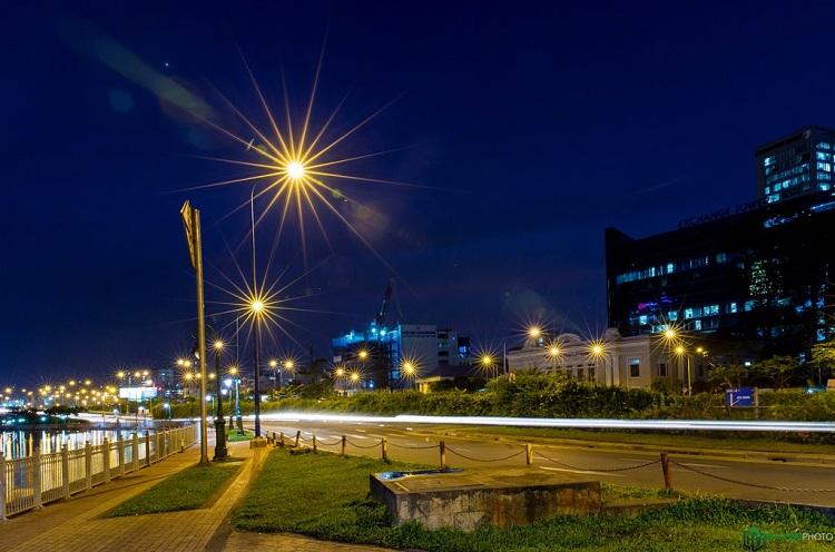 Đường phố Sài Gòn khi lên đèn.