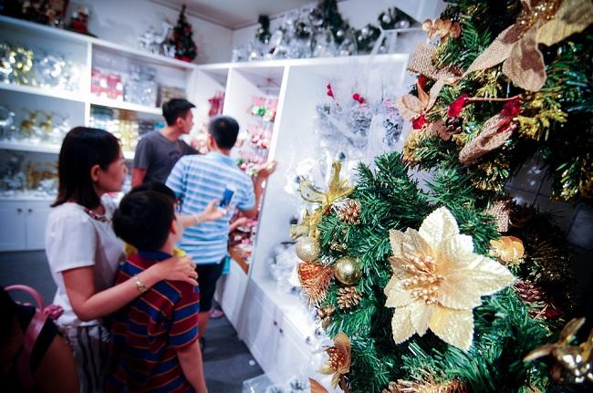 """Anh nói thêm: """"Đây là năm đầu tiên anh nhập hàng từ Singapore về bán. Dù giá cao hơn hẳn hàng Việt nhưng mẫu mã đẹp nên vẫn có nhiều khách hàng lựa chọn"""". Tất cả tạo nên một thị trường đồ trang trí sôi động và đầy màu sắc trong mùa Giáng Sinh 2016."""