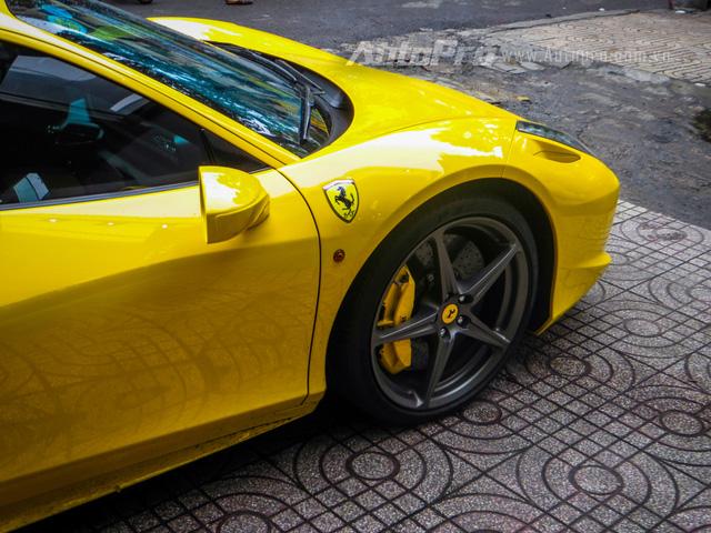 Kết hợp cùng hộp số ly hợp kép 7 cấp, động cơ giúp siêu xe Ferrari 458 Italia mất 3,4 giây để tăng tốc từ 0-100 km/h trước khi đạt tốc độ tối đa khoảng 325 km/h.