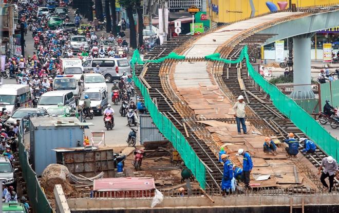 """Theo thống kê của Thanh tra Sở Giao thông vận tải TP HCM, hiện toàn thành phố có 91 vị trí rào chắn để thi công hạ tầng giao thông trên 39 tuyến đường, tăng 32 """"lô cốt"""" so với giữa tháng 9. Việc gia tăng """"lô cốt"""" khiến tình hình giao thông trên các tuyến đường nhỏ hẹp càng trở nên căng thẳng. Đường Nguyễn Kiệm, quận Gò Vấp là một trong những tuyến đường có """"lô cốt"""" thường xảy ra kẹt xe vào giờ cao điểm."""