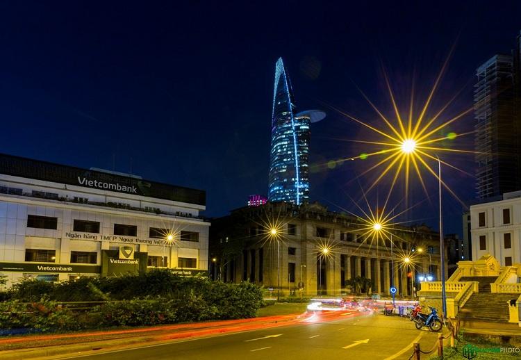 Trên đường vào hầm Thủ Thiêm đầu quận 1. Đây là khu vực tập trung rất nhiều công trình kiến trúc vừa cổ vừa hiện đại, phía xa là trụ sở ngân hàng nhà nước Việt Nam chi nhánh miền Nam.