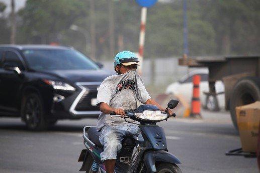 Mỗi lần qua đoạn đường này, người đi xe máy phải nhắm mắt, bịt mũi, tăng ga chạy qua, tiềm ẩn nguy cơ tai nạn