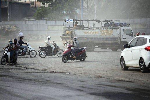 Anh Minh có nhà bên xa lộ Hà Nội (Q.9) cho biết: Xa lộ Hà Nội là trục đường chính ở cửa ngõ phía Đông vào trung tâm TP. Hằng ngày, tuyến đường có lượng xe cộ lưu thông dày đặc. Tuy nhiên tình trạng bụi kéo dài đã hơn 3 tháng qua vẫn chưa được khắc phục...
