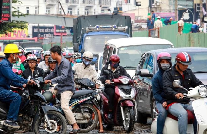 Ông Nguyễn Văn Hiền, người bán hàng ven đường Nguyễn Kiệm cho biết, từ cuối tháng 8, công trình xây dựng cầu vượt thép tại nút giao ngã 6 Gò Vấp thi công, mật độ xe cộ trên đường ngày càng đông, rối loạn.