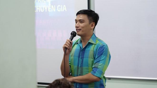 MC Minh Quang hào hứng nói về kinh nghiệm khi làm phát thanh viên của VOV Giao thông. Ảnh: Trương Bích.
