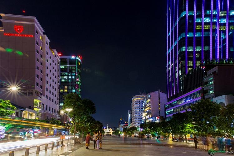 Phố đi bộ Nguyễn Huệ là nơi hấp dẫn du khách bậc nhất, vừa có nhà hàng, khách sạn, quán ăn, cà phê, vừa được thưởng thức các hoạt động nghệ thuật đường phố.