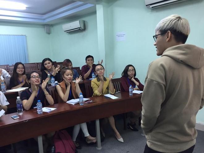 """Lớp học MC yêu cầu các bạn trẻ bước ra khỏi vùng """"rụt rè"""", quên đi sự tự ti. Ảnh: Trương Bích."""