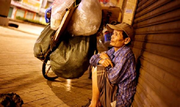 Người đàn ông ngồi co ro vì lạnh trên đường Hoàng Văn Thụ (Q.Tân Bình)
