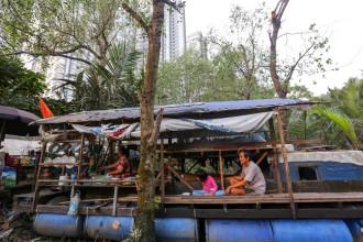 Dưới chân cầu Rạch Bàn 2 (quận 7, TP HCM) là chiếc ghe neo đậu của vợ chồng ông Lê Văn Đực (60 tuổi, quê gốc Bến Tre) và cô con gái 9 tuổi. Hơn 10 năm nay, họ đã sống ở đây, coi ghe như nhà.
