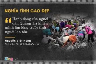 Ngày 22/8, một chiếc xe tải chở hoa quả rơi xuống cầu Đông Hà, Quảng Trị. Thay vì hôi của, người dân địa phương đã nhặt giúp, thậm chí mua phần trái cây bị dập hỏng cho tài xế. Ảnh: Cáp Anh Tài.