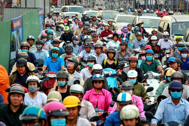 Đường nhỏ hẹp thêm công trình xây dựng khiến các xe phải xếp hàng dài trên đường Phan Văn Trị, đoạn tới cầu Hang Trong, quận Gò Vấp, chiều 21/12.
