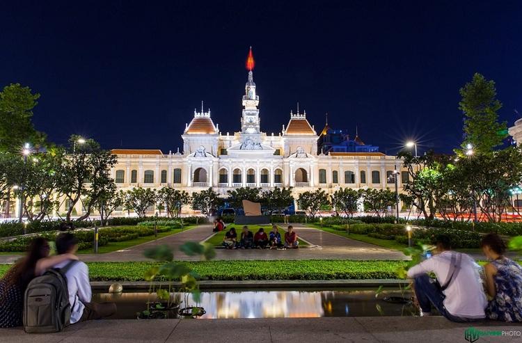 Dưới chân tượng đài Chủ tịch Hồ Chí Minh phía trước uỷ ban tập trung rất nhiều bạn trẻ, du khách tới tham quan, vui chơi về đêm.