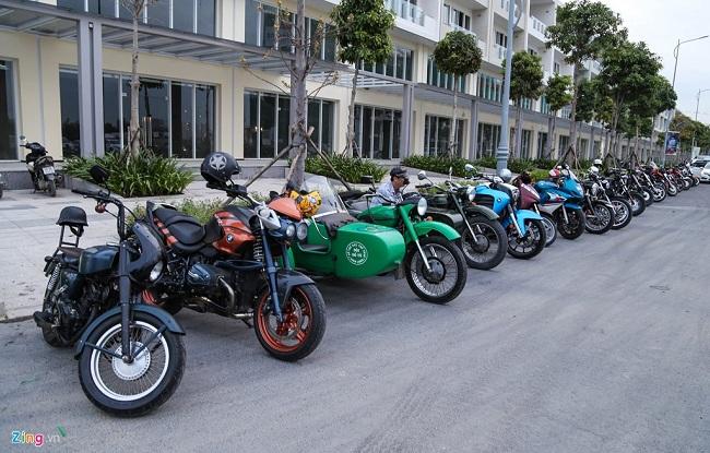 Những chiếc môtô từ cổ chí kim được xếp thành hàng dài hai bên đường. Theo ước tính, có hàng trăm chiếc xe của các hội nhóm khác nhau cùng hội tụ.