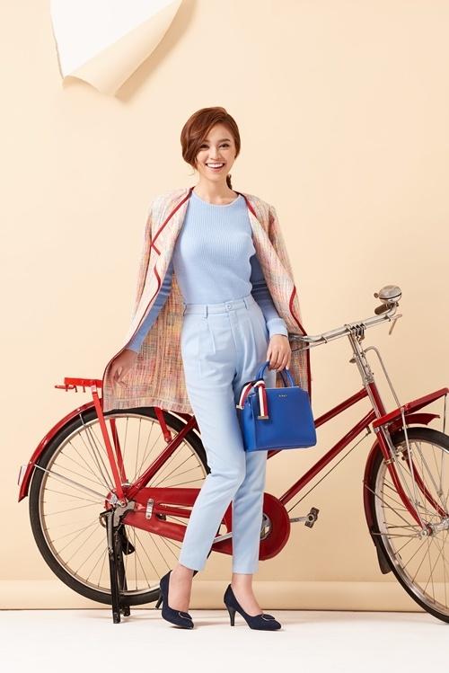 Trong bộ ảnh mới nhất, nữ diễn viên giới thiệu những set đồ phong cách trẻ trung, thích hợp cho các dịp dạo phố, đi làm lẫn dự tiệc nhẹ.