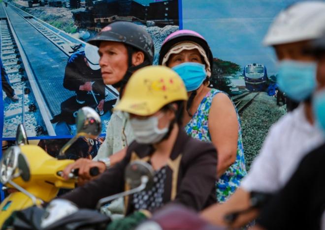 Vẻ mặt mệt mỏi của người đi đường khi đi qua công trình nâng cấp đường Phan Văn Trị, đoạn từ cầu Hang Trong đến đường Tân Sơn Nhất, quận Gò Vấp.