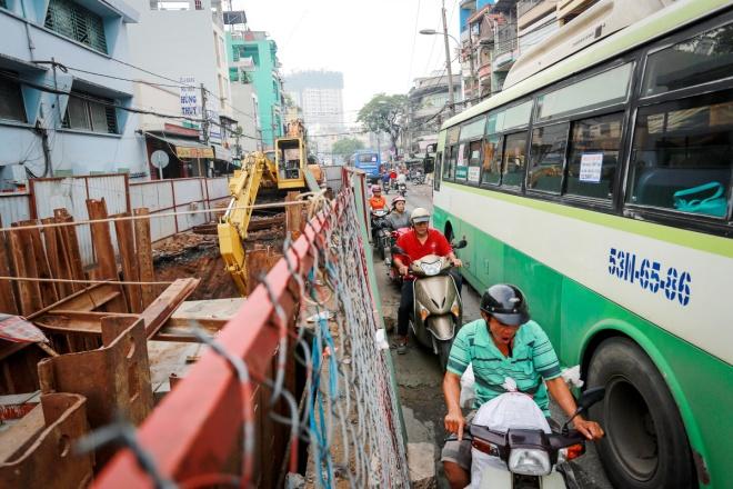 """""""Đường đã nhỏ lại thêm công trình nên mỗi khi có va chạm là kẹt xe dữ lắm"""", ông Nguyễn Văn Tài (người đạp xích lô tại đường Phú Hữu - Trang Tử, quận 5) cho biết."""