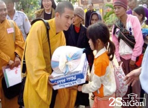 Sư thầy Phước Ngọc trao quà cho bà con nghèo.