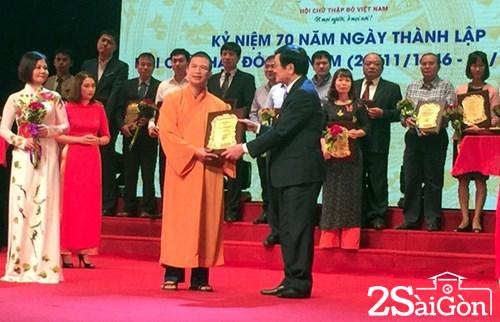 Nguyên Chủ tịch nước Trương Tấn Sang trao kỷ niệm chương vì sự nghiệp nhân đạo cho Đại đức Thích Phước Ngọc