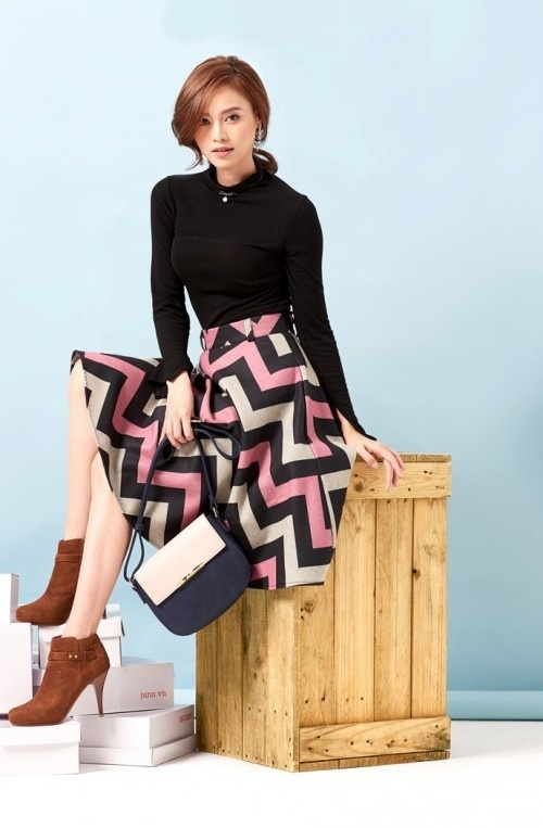 Váy chữ A họa tiết là một gợi ý lý tưởng khi kết hợp với áo len tông màu trầm.