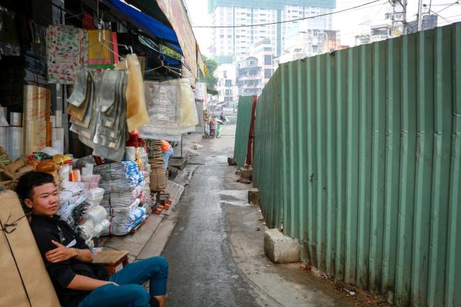"""Sự xuất hiện của nhiều hàng rào công trình vào cuối năm còn ảnh hưởng đến việc buôn bán của nhiều tiểu thương. Chị Kim Anh, người bán tạp hóa trên đường Trang Tử cho biết, từ khi """"lô cốt"""" mọc lên, hàng hóa của gia đình chị và nhiều tiểu thương khác bị ế ẩm vì thường xuyên bụi bặm, đường vào khó khăn. """"Chúng tôi ủng hộ việc nâng cấp đường sá nhưng làm tới đâu thì cần lấp đường, dỡ rào chắn tới đó để bà con bớt khổ"""", chị Kim Anh nói."""