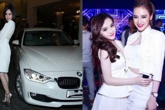 Sau khi mua xế hộp mới, nữ diễn viên Sứ mệnh trái tim cũng không bán chiếc BMW trị giá gần 2 tỷ mà để tặng cho Phương Trang vì công việc kinh doanh mỹ phẩm của em gái rất bận rộn, thường xuyên phải đi lại.