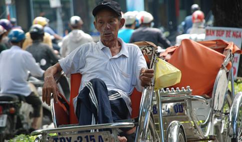 Trải qua nhiều biến cố, ông Nguyễn Văn Tòng vẫn cố gắng đi làm nuôi gia đình dù đã già ẢNH: AN HUY