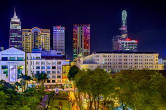 Với thời gian phơi sáng 3-5 giây, bộ ảnh của Nguyễn Thế Dương ghi nhận hầu như toàn bộ màu sắc, màu đèn hiện có trên các toà nhà, tạo nên những bức ảnh rực rỡ và lung linh.