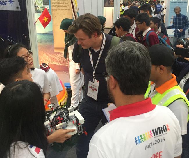 Giám khảo nước ngoài chăm chú lắng nghe nhóm bạn trẻ Việt giới thiệu về robot gom rác đại dương